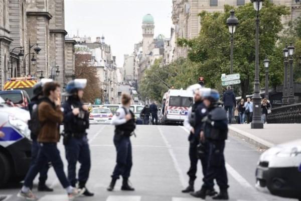 Μακελειό στο Παρίσι! Πέντε νεκροί από την επίθεση στο αρχηγείο της αστυνομίας! (Video)