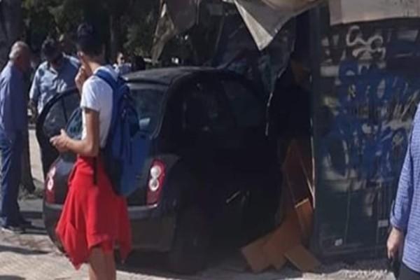 Σοκ: Αυτοκίνητο «καρφώθηκε» πάνω σε περίπτερο στην Βούλα!