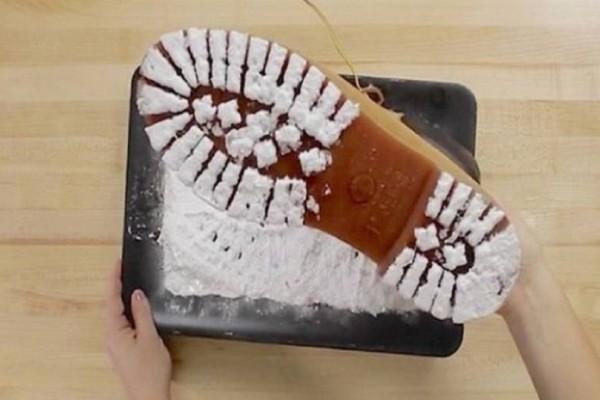 Βουτάει τα παπούτσια του σε μαγειρική σόδα. Mόλις δείτε γιατί το κάνει θα ενθουσιαστείτε! (video)