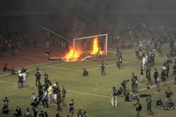Χαμός: Οπαδοί έκαψαν το γήπεδο μετά από ήττα της ομάδας τους! (Video)