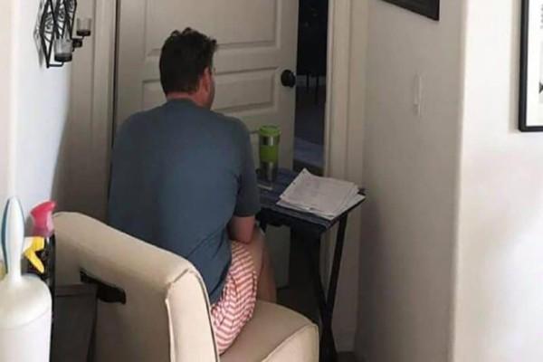 Εδώ και 6 μήνες κάθεται έξω από το δωμάτιο της γυναίκας του! Ο λόγος θα σας συγκλονίσει!