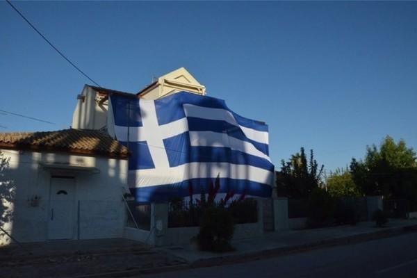 Αυτός είναι ο δήμαρχος στο Άργος που κάλυψε το σπίτι του με την Ελληνική σημαία!