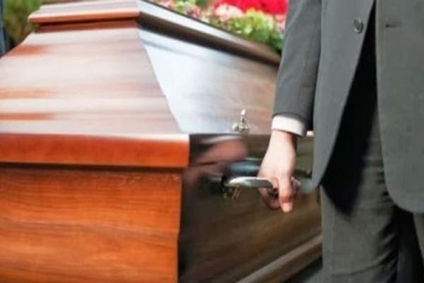 Έπαθε σοκ ο νεκροθάφτης! Την ώρα που ετοίμαζε ηλικιωμένη για την τελευταία κατοικία της, ξύπνησε και του είπε….