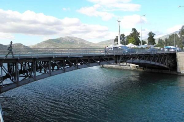 Πλοίο προσέκρουσε στην γέφυρα της Χαλκίδας!