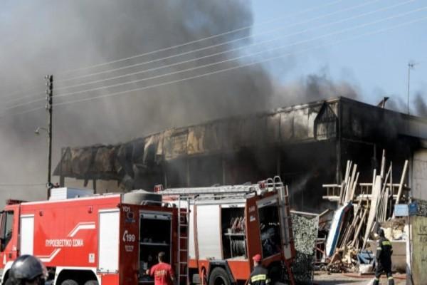 Κορωπί: Υπό έλεγχο τέθηκε η φωτιά που ξέσπασε σε εταιρεία στη λεωφόρο Βάρης!