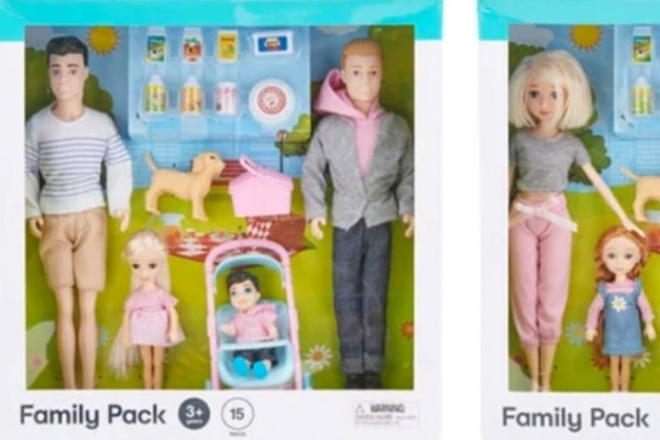 Απίστευτο: Κυκλοφόρησε σειρά από κούκλες οικογένειας με γονείς του ίδιου φύλου!