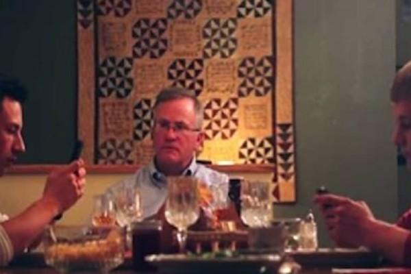 Οι γιοι του, έστελναν μηνύματα κατά τη διάρκεια του φαγητού. Έτσι αποφάσισε να τους δώσει ένα καλό μάθημα.