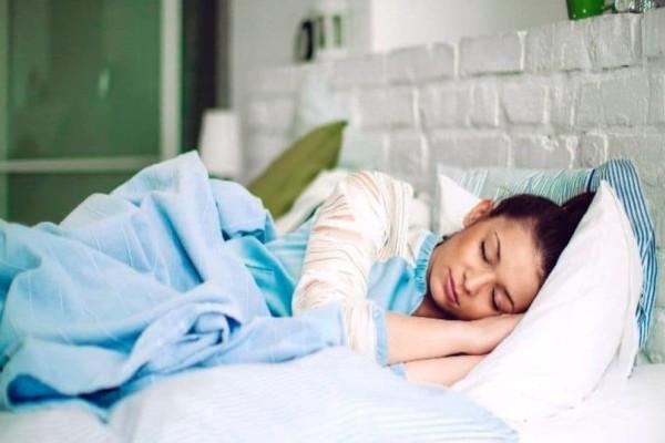 Κοιμάσαι από αριστερά ή δεξιά; Μάθε ποια είσαι η σωστή πλευρά! (photo)