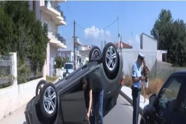 Σοκαριστικό τροχαίο στην Κόρινθο: Αυτοκίνητο αναποδογύρισε στη μέση του δρόμου! (Video)