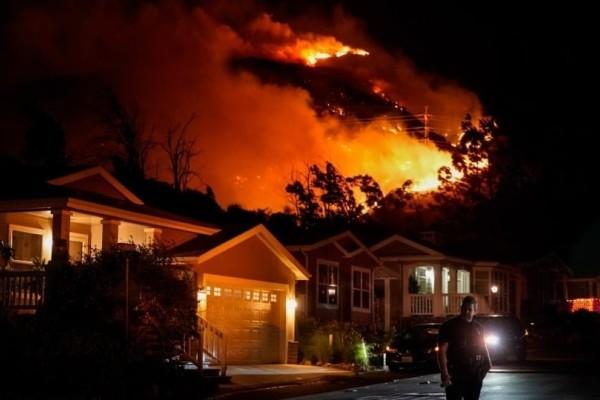Τραγωδία: Εικόνες από τεράστια πυρκαγιά που καίει σπίτια!