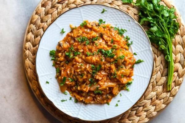 Πεντανόστιμο, απλό και οικονομικό κοκκινιστό λαχανόρυζο!