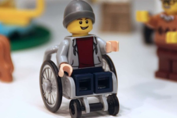Η Lego κυκλοφόρησε για πρώτη φορά φιγούρα σε αναπηρικό καροτσάκι!