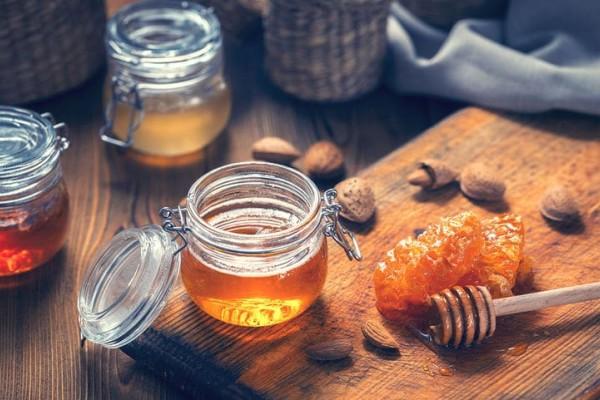 Ζαχάρωσε το μέλι; Σας έχουμε τον τρόπο να το επαναφέρετε στην αρχική του κατάσταση!