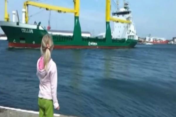 Μικρό κορίτσι κάνει ότι κορνάρει σε ένα πλοίο, αλλά αυτό που ακολούθησε...! (Video)