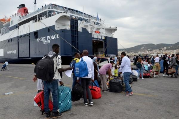 215 μετανάστες στο λιμάνι του Πειραιά από τη Μόρια!