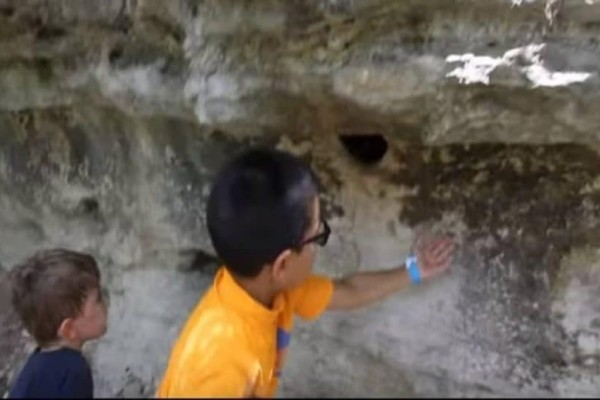 Ο Χριστός και η Παναγία: Μόλις έβαλε το χέρι του στην τρύπα, όλοι άρχιζαν να ουρλιάζουν! Δεν φαντάζεστε τι είχε μέσα! (Video)