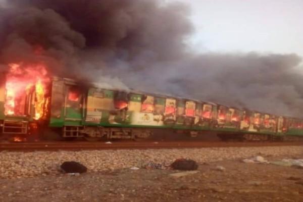 Τραγωδία στο Πακιστάν: Τρένο τυλίχτηκε στις φλόγες! 62 νεκροί και 13 τραυματίες! (photos-video)