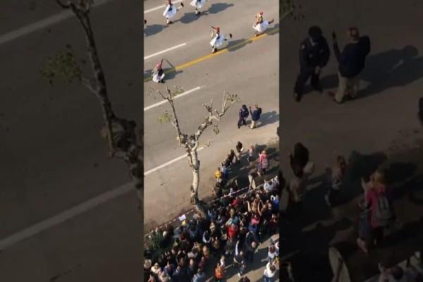 Σοκ: Λιποθύμησε Εύζωνας στην παρέλαση της 28ης Οκτωβρίου στη Λαμία! (Video)