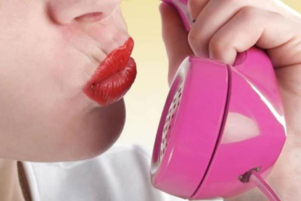Ποιοι κρύβονται πίσω από τις αισθησιακές φωνές των ροζ γραμμών;
