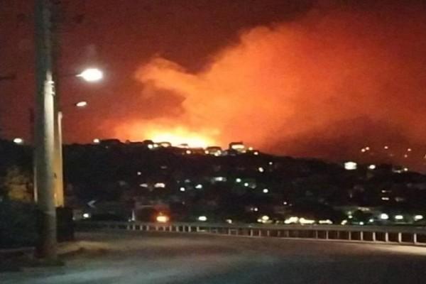 Τρομακτική πυρκαγιά καίει το Πόρτο Ράφτη! Σε κατοικίες οι φλόγες, απομακρύνονται κάτοικοι (video)