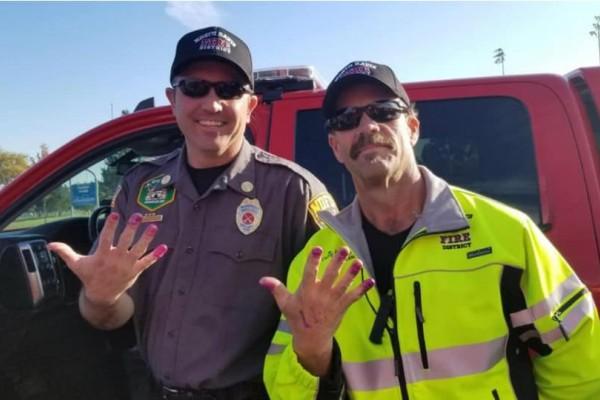 Πυροσβέστες απεγκλώβισαν ένα κοριτσάκι και για να του φτιάξουν το κέφι του ζήτησαν να... τους βάψει τα νύχια!