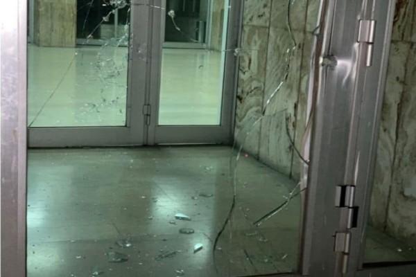 Τρόμος στο Αγρίνιο! Άνδρας κατέβηκε από αυτοκίνητο και άρχισε να πυροβολεί την είσοδο των δικαστηρίων! (photos)