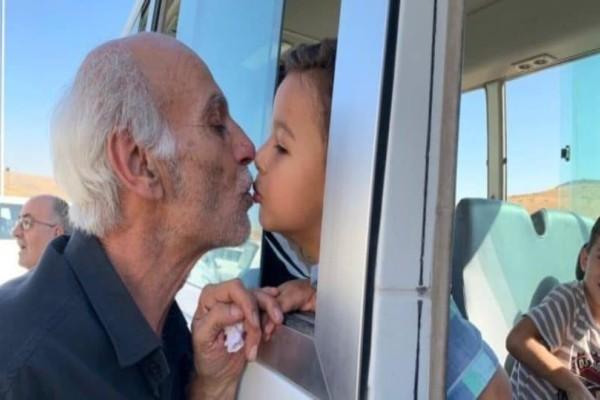 Πόλεμος Συρία: Συγκλονίζει η φωτογραφία με τον παππού που αποχαιρετά το εγγόνι του!