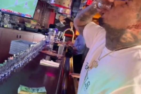 Ήπιε 50 σφηνάκια σε... 62 δευτερόλεπτα για ένα στοίχημα! Δείτε τι έπαθε μετά!(Video)