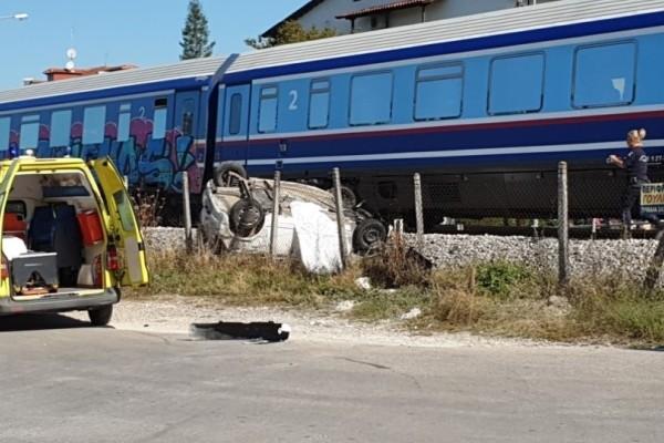 Σοκ στα Τρίκαλα: Τρένο συνέτριψε αυτοκίνητο! (Video)