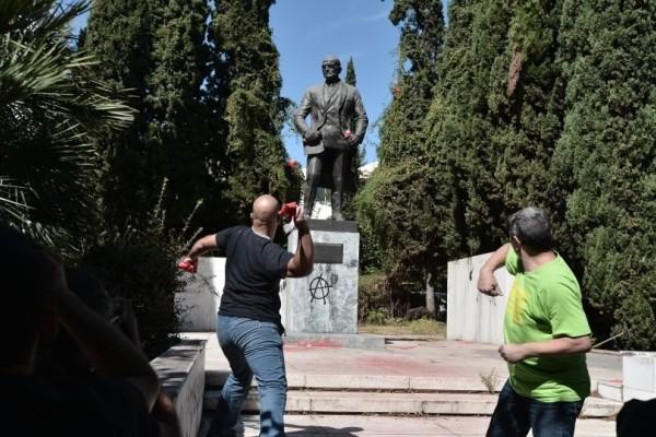 Ένταση στο κέντρο της Αθήνας: Πέταξαν μπογιές στο άγαλμα του Τρούμαν!