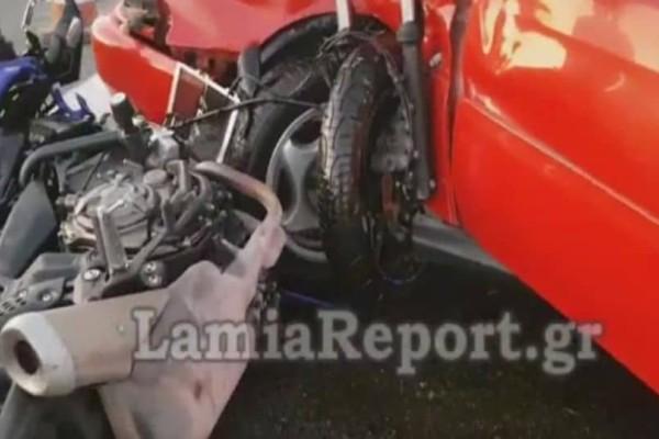 Σοκαριστικό τροχαίο στην εθνική οδό Αθηνών-Λαμίας: Μηχανή συγκρούστηκε με αυτοκίνητο! (Video)