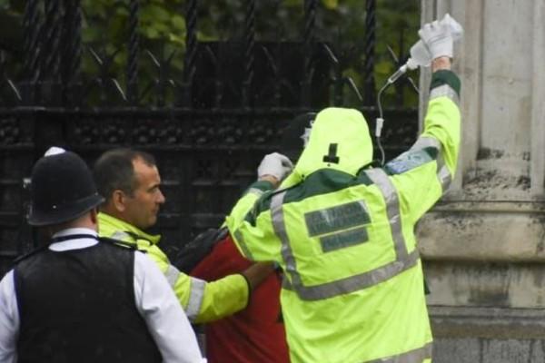 Λονδίνο:Άνδρας αποπειράθηκε να αυτοπυρποληθεί έξω από το κοινοβούλιο!