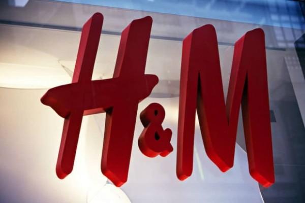 H&M: Το βελούδινο κορμάκι που σμιλεύει το σώμα, έχει την λεπτομέρεια στους ώμους που θα ζηλέψουν όλες!