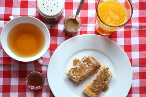 Αυτός είναι ο λόγος που πρέπει πάντα να αλείφετε μέλι και κανέλα με το ψωμί στο πρωινό σας!