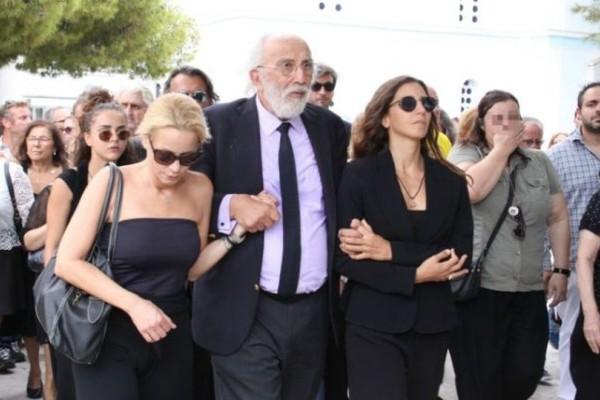 Φωτογραφία ντροπή από την κηδεία της Ζωής Λάσκαρη! Στο φως 2 χρόνια μετα