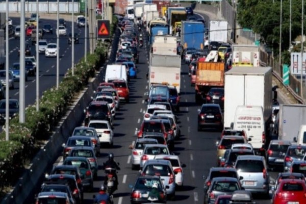 Χάος στους δρόμους: Τρομερό μποτιλιάρισμα στους δρόμους λόγω βροχής!