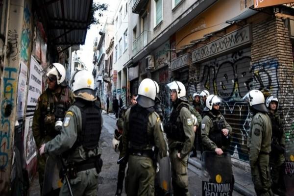 Εξάρχεια: Έφοδος της Αστυνομίας σε πολυκατοικία!