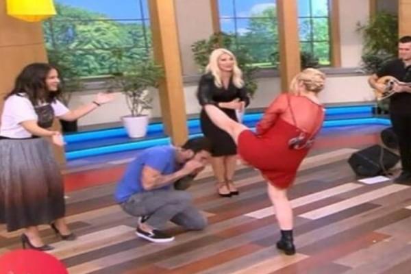 Το πιο ''γελοίο'' ζεϊμπέκικο όλων των εποχών το έχει χορέψει η Μαντώ Γαστεράτου!