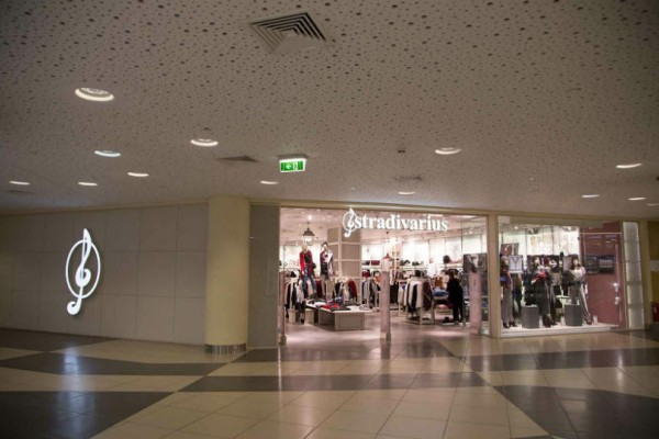 Stradivarius: Βρήκαμε το σακάκι -φόρεμα- που πρέπει να αγοράσεις πριν εξαντληθεί!