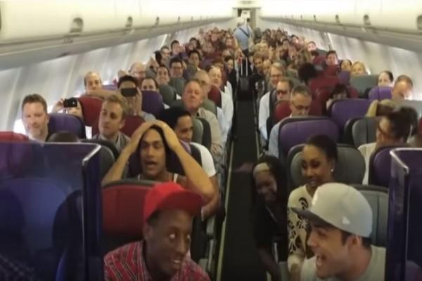 Μπαίνουν αμέριμνοι στο αεροπλάνο και λίγα λεπτά μετά... συμβαίνει κάτι απίστευτο! (Video)