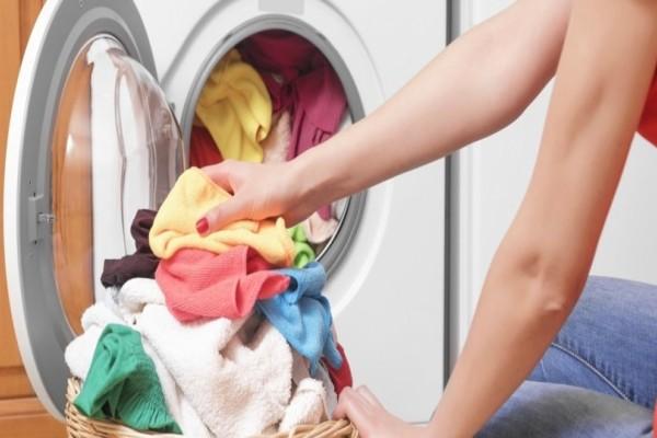 Ξέμεινες από απορρυμαντικό και θες να πλύνεις τα ρούχα; Το κόλπο που θα σου «λύσει» τα χέρια!