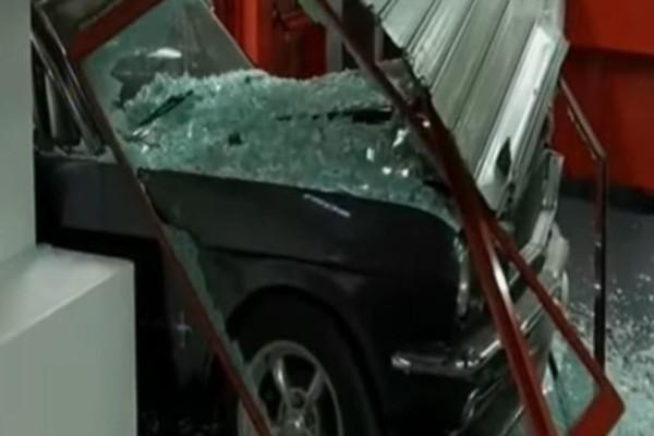Τρόμος στον Άγιο Στέφανο: Εισέβαλαν με αυτοκίνητο σε κατάστημα!