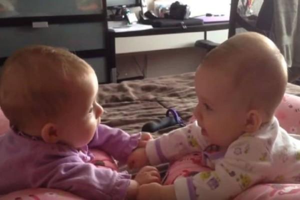 Τρυφερή στιγμή: Δίδυμα μωρά «μιλούν» μεταξύ τους!