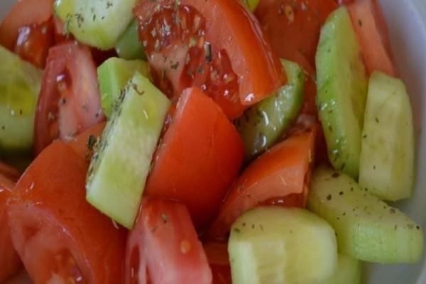Μην ξαναφάτε αγγούρι με ντομάτα: Μεγάλη προσοχή!