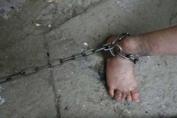 Κτηνωδία: Γιαγιά είχε φυλακίσει το εγγόνι της σε κλουβί σκύλου!
