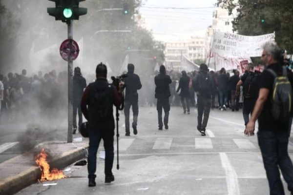 Επεισόδια στο κέντρo της Αθήνας: Μολότοφ και χημικά στην πορεία μαθητών και φοιτητών! (photos)