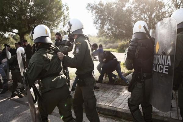 Χαμός στην λεωφόρο Ποσειδώνος: Επεισόδια μεταξύ φοιτητών και ΜΑΤ! (photo-video)
