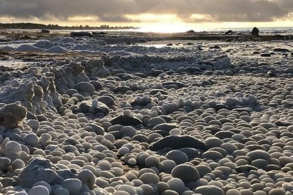 Οι εικόνες από την παραλία στην Φιλανδία προκαλούν σοκ! Είναι γεμάτη με μπάλες πάγου!