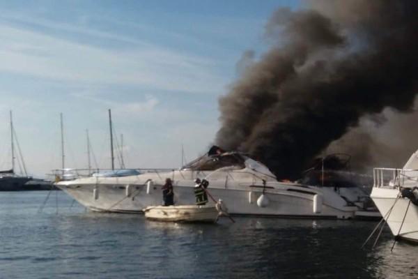 Μαρίνα Γλυφάδας: Εικόνες που σοκάρουν! Γυναίκα πήδηξε στην θάλασσα για να σωθεί από τις φλόγες! (Video)