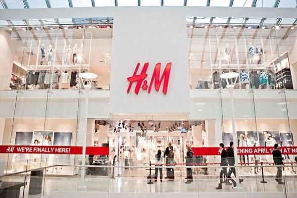 H&M: Το πουκάμισο με διαφάνεια που χαρίζει τέλειο ντεκολτέ κοστίζει μόνο 19 ευρώ!